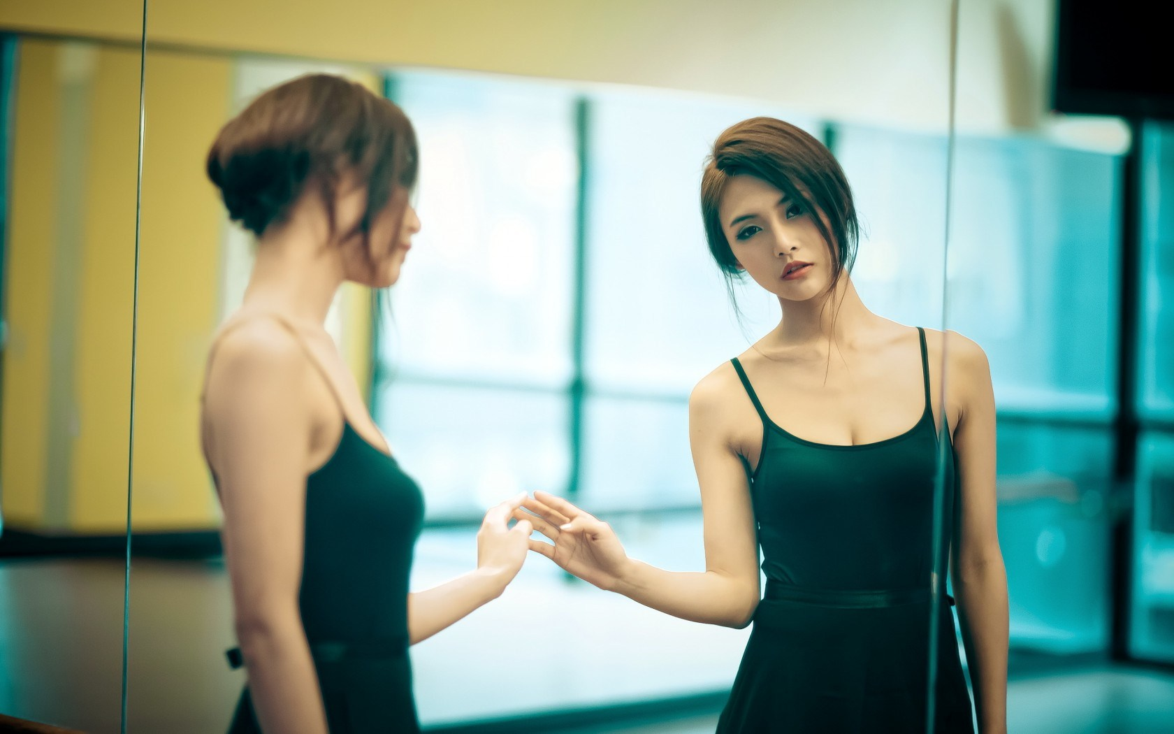 bellissima ragazza allo specchio
